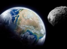 К Земле летят три больших астероида