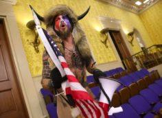 В Америке предъявили обвинения участнику штурма Конгресса в шапке с рогами