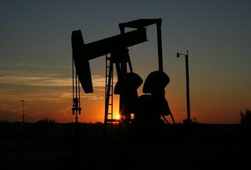 Сокращения инвестиций в нефть несут риски: Bloomberg