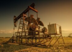 Bloomberg: Накопившийся во время пандемии исторический избытокBloomberg: Накопившийся во время пандемии исторический избыток нефти почти исчез нефти почти исчез