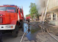 Семь человек спасли из горящего здания пожарные в Алматы