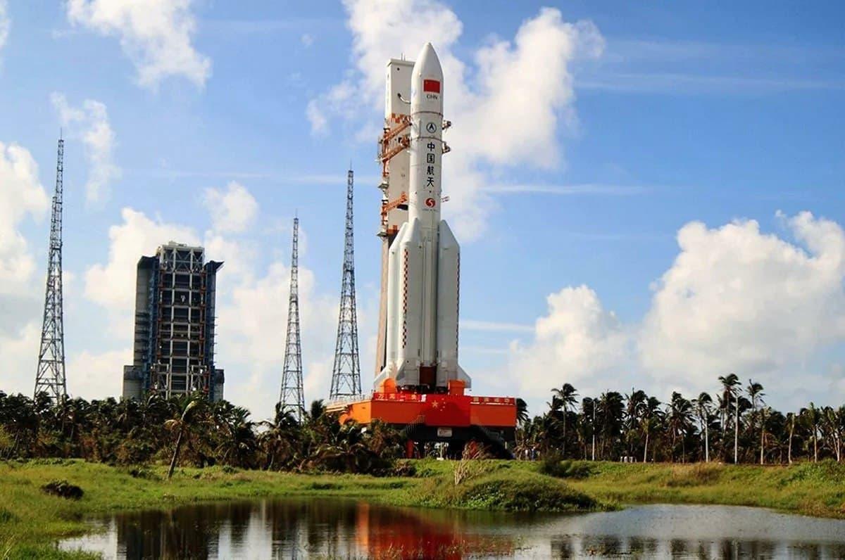 На Землю падает неконтролируемая китайская ракета