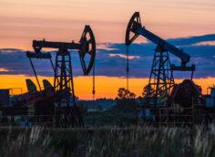 Нефть может стоить в 2022 году выше $100: Bloomberg