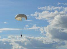 Офицер погиб во время прыжков с парашютом в Алматинской области — Минобороны РК